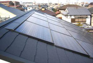 屋根には太陽光パネル