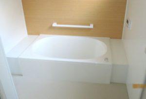 バスルーム【after】:床と壁はタイルの上から浴室パネルを貼り、費用を削減