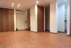 リビング:壁やドアなどの仕切りが無いので室内広々